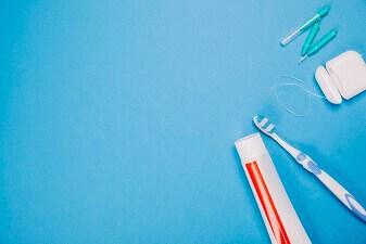 De la résine dentaire pour corriger les imperfections de vos dents